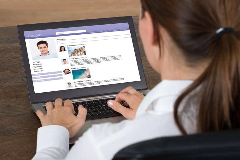 Um homem no PC organizando online um encontro de sexo casual em SP